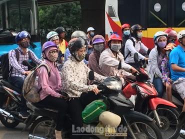 Người dân ùn ùn đổ về Thủ đô sau kỳ nghỉ lễ