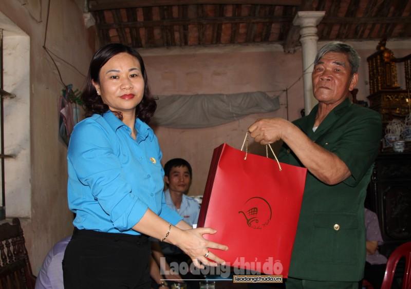 Chủ tịch LĐLĐ Thành phố Nguyễn Thị Tuyến thăm, tặng quà công nhân bị tai nạn lao động