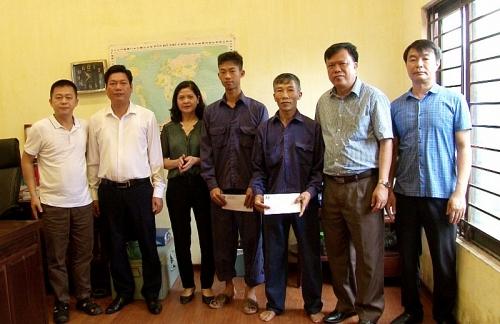 LĐLĐ huyện Phúc Thọ thăm, tặng quà công nhân có hoàn cảnh khó khăn