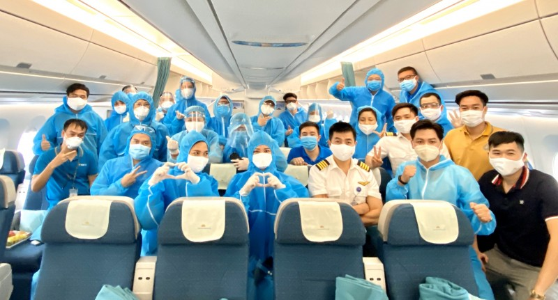 vietnam airlines bay thang hon 28000km dua gan 300 cong dan tu canada hoi huong