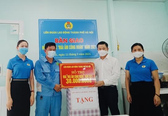 """Chủ tịch Liên đoàn Lao động Thành phố Nguyễn Phi Thường trao kinh phí sửa chữa """"Mái ấm Công đoàn"""" cho đoàn viên có hoàn cảnh khó khăn"""