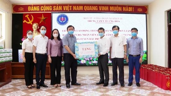 Chủ tịch Liên đoàn Lao động Thành phố thăm, tặng quà lực lượng y tế huyện Ứng Hòa