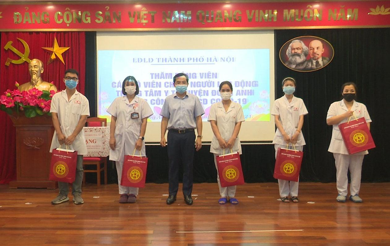 Lãnh đạo Liên đoàn Lao động Thành phố thăm, động viên lực lượng y tế huyện Đông Anh