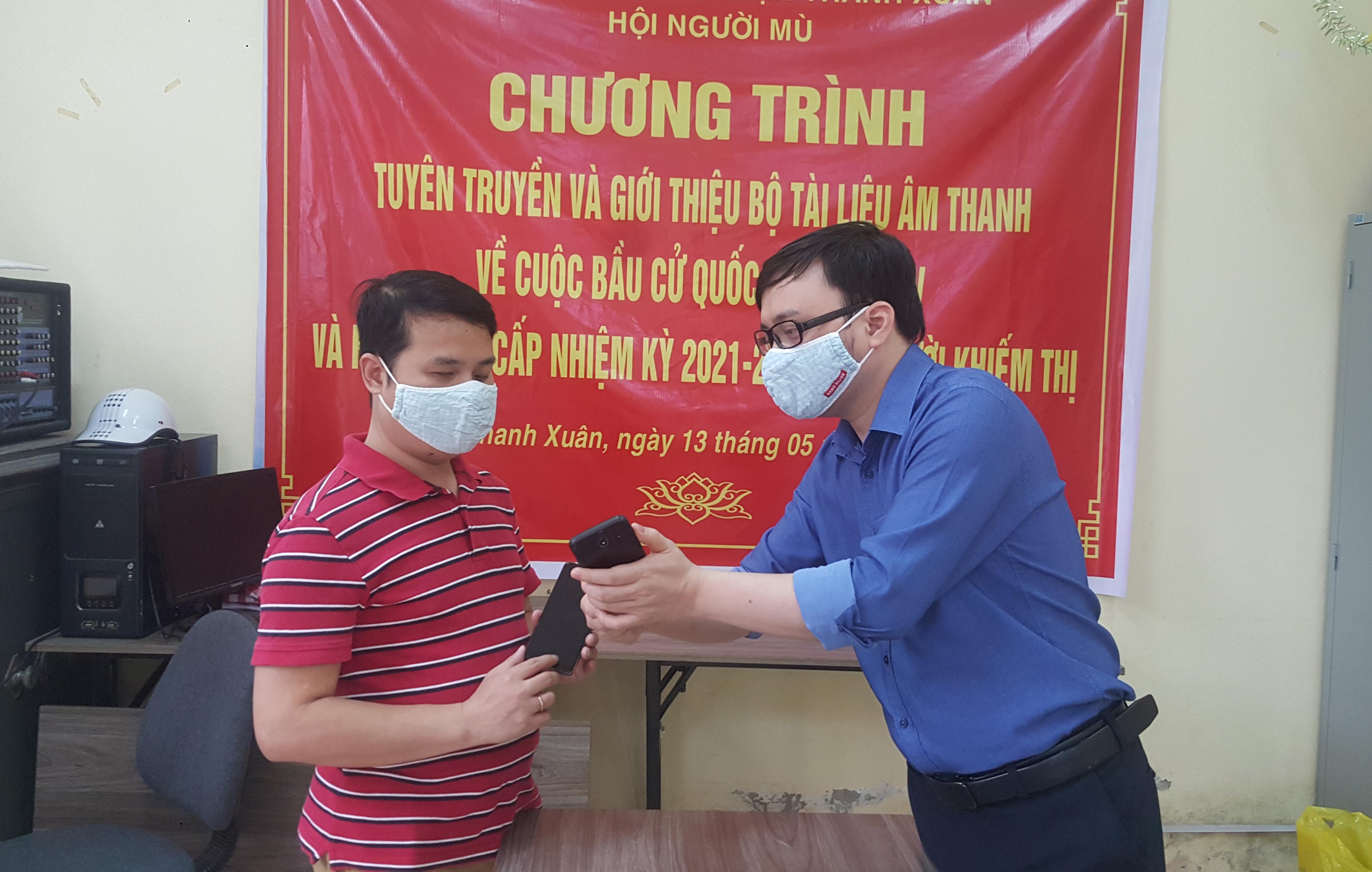 Độc đáo hình thức tuyên truyền về cuộc bầu cử cho người khiếm thị