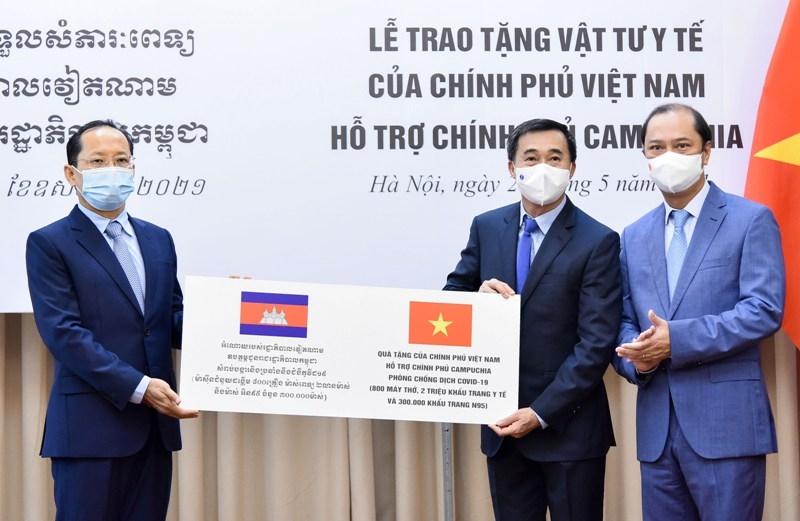 Việt Nam hỗ trợ 800 máy thở, 2 triệu khẩu trang y tế giúp Cam-pu-chia ứng phó với dịch Covid-19