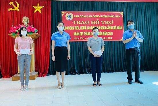 Liên đoàn Lao động huyện Phúc Thọ trao hỗ trợ cho người lao động có hoàn cảnh khó khăn nhân dịp Tháng Công nhân