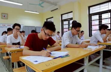 Thí sinh bước vào làm môn Ngữ văn trong kỳ thi tuyển sinh lớp 10