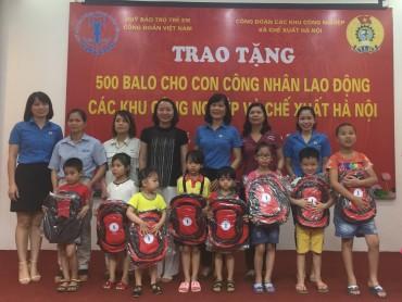 Trao 500 balo cho con em CNLĐ nhân Tháng hành động vì trẻ em