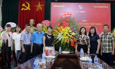Chủ tịch LĐLĐ TP Nguyễn Thị Tuyến chúc mừng báo Lao động Thủ đô