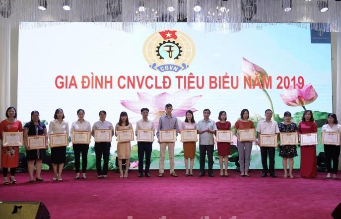 LĐLĐ huyện Đông Anh: Biểu dương gia đình tiêu biểu năm 2019 và trao học bổng cho con CNVCLĐ vượt khó học giỏi