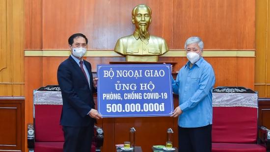 Bộ Ngoại giao trao tiền quyên góp, ủng hộ công tác phòng, chống dịch Covid-19