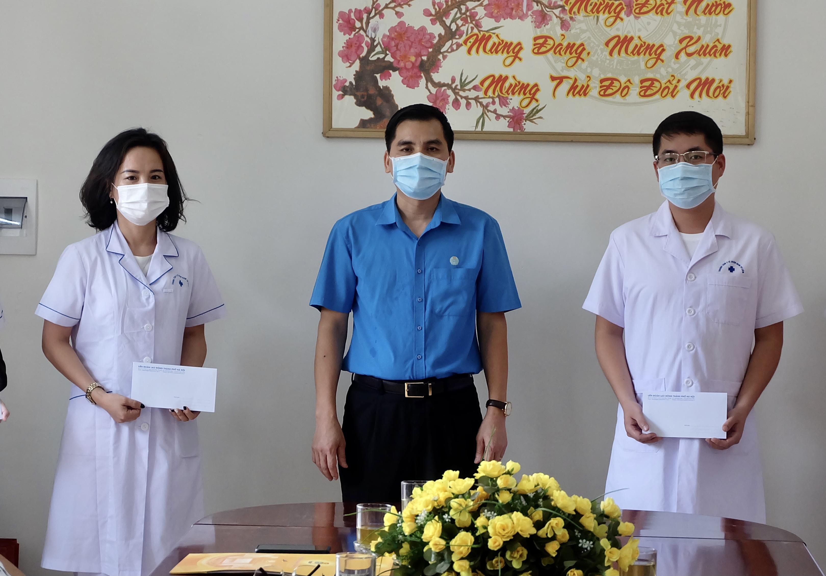 Lãnh đạo Liên đoàn Lao động thành phố Hà Nội thăm, tặng quà lực lượng y tế quận Nam Từ Liêm