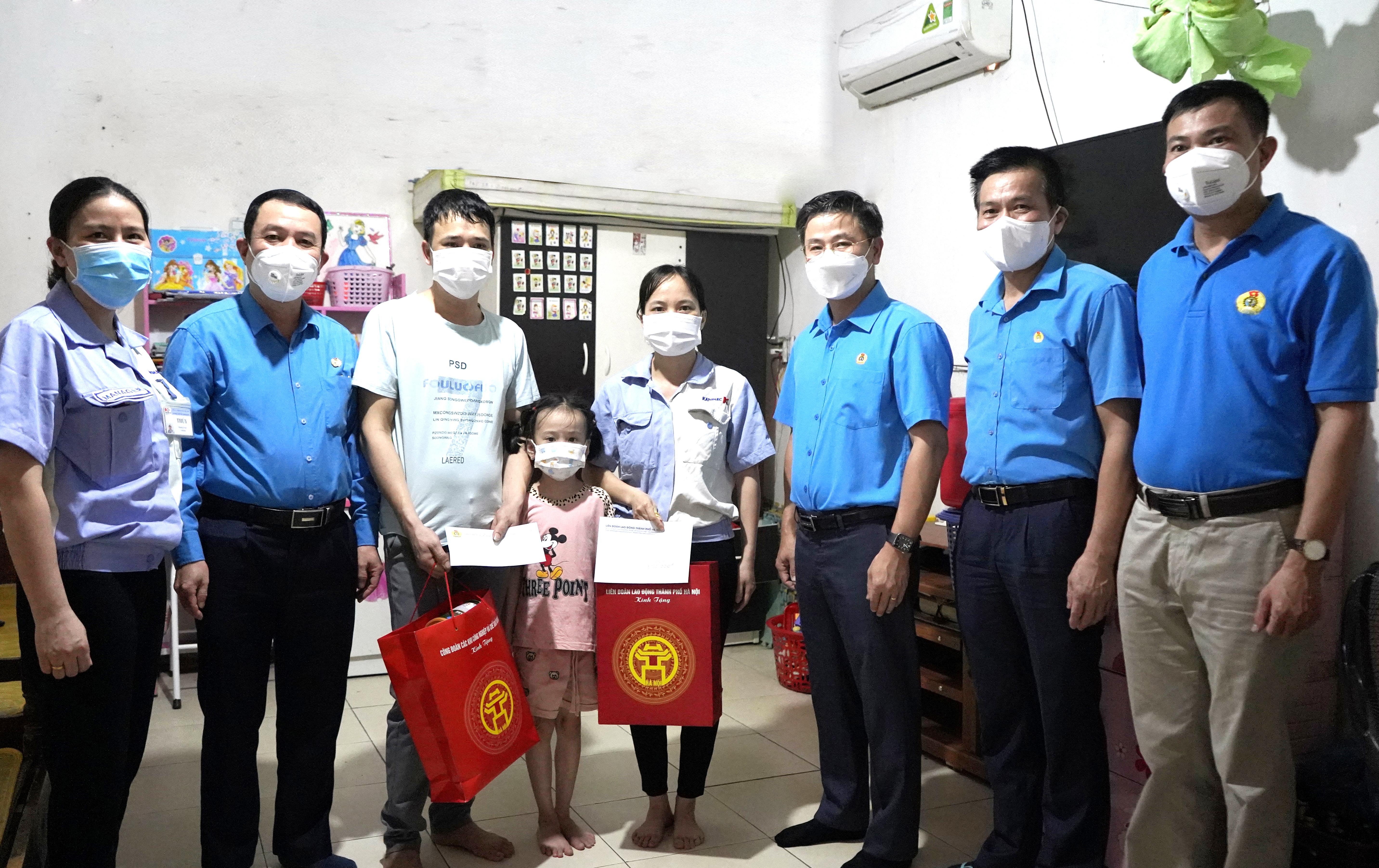 Chủ tịch Liên đoàn Lao động thành phố Hà Nội Nguyễn Phi Thường trao hỗ trợ cho người lao động bị ảnh hưởng bởi dịch Covid-19