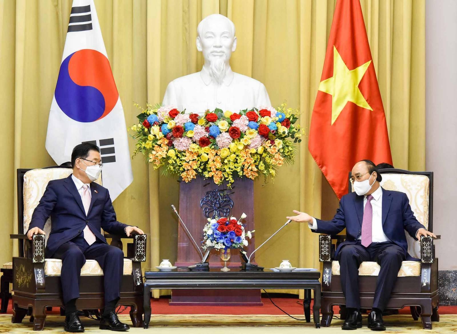Chủ tịch nước Nguyễn Xuân Phúc tiếp Bộ trưởng Ngoại giao Hàn Quốc Châng Ưi I-ông
