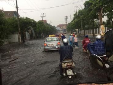 Công nhân kêu trời vì đường vào khu công nghiệp cứ mưa là ngập