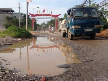 Đường tỉnh lộ 422 đoạn qua xã Tân Lập xuống cấp nghiêm trọng