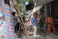 Sập nhà 2 tầng trên phố Hàng Bông, Hà Nội