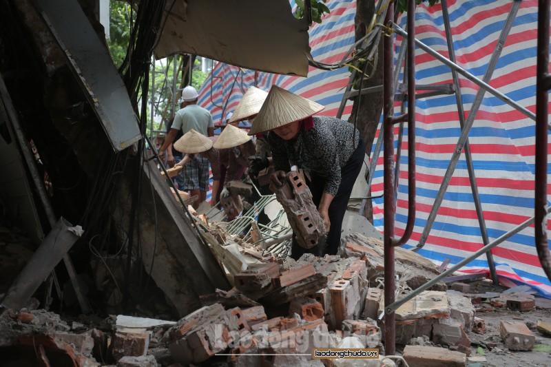 Cận cảnh hiện trường vụ sập nhà 2 tầng trên phố Hàng Bông