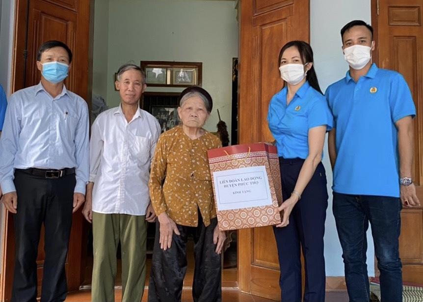 Liên đoàn Lao động huyện Phúc Thọ: Thăm, tặng quà cho các Mẹ Việt Nam anh hùng