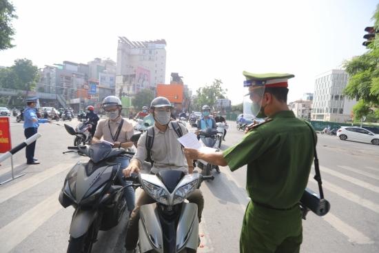 Xử phạt gần 1.000 trường hợp vi phạm trong ngày thứ 7 Hà Nội giãn cách