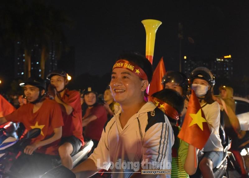 ha noi hang van nguoi xuong duong an mung olympic viet nam vao ban ket asiad 2018