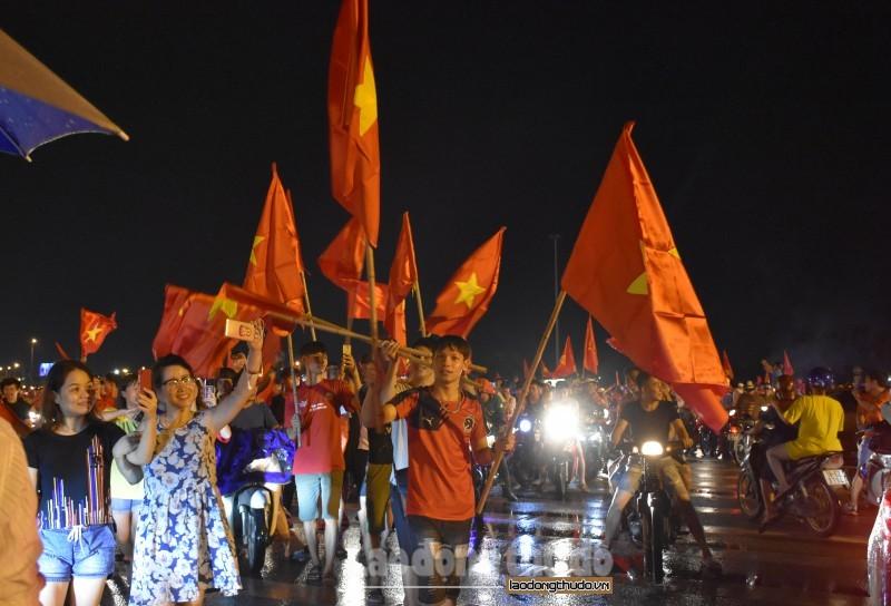 Hốt bạc nhờ bán cờ ăn mừng chiến thắng của Olympic Việt Nam