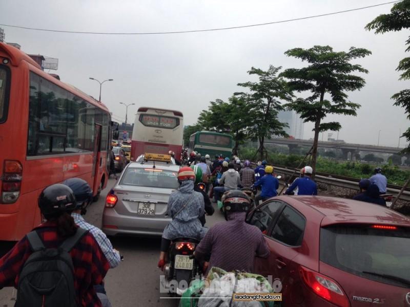 Hà Nội: AQI tại các điểm quan trắc giao thông tăng cao trong ngày đầu tuần