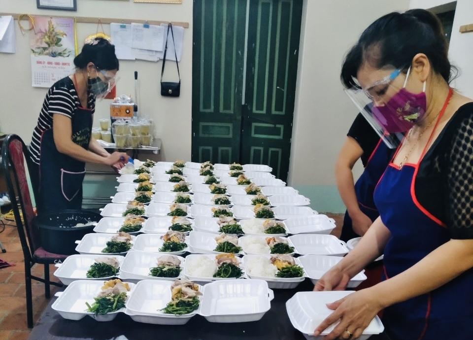 Đoàn viên Công đoàn Hợp tác xã Nông nghiệp xã Ngọc Tảo chung sức đẩy lùi dịch Covid-19