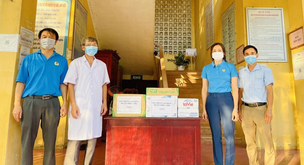Công đoàn huyện Phúc Thọ tiếp sức cho lực lượng y tế địa phương chống dịch
