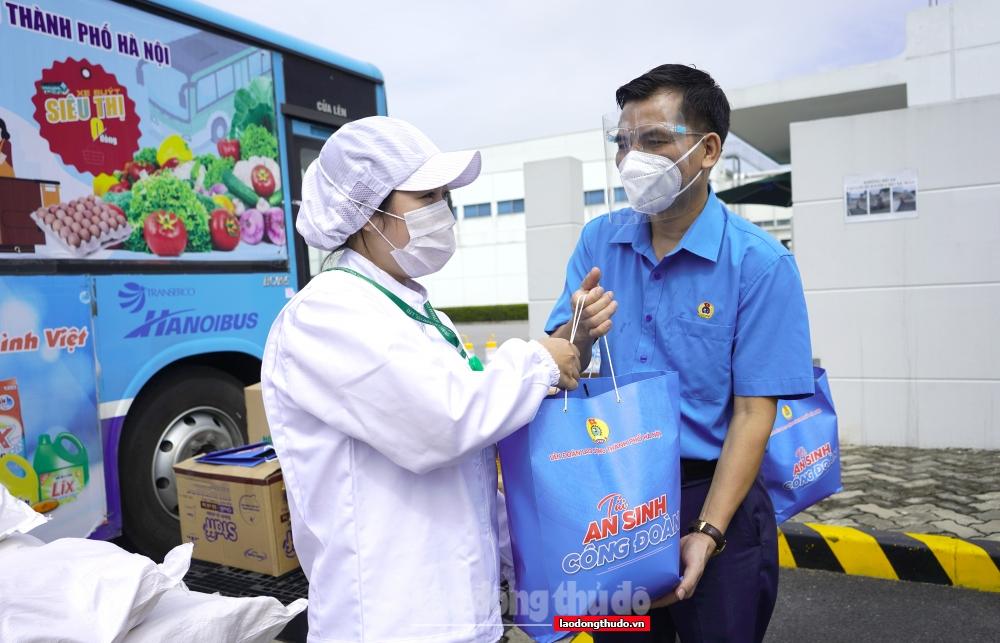 """Trao 1.000 """"Túi An sinh Công đoàn"""" cho người lao động tại Khu Công nghiệp Quang Minh"""