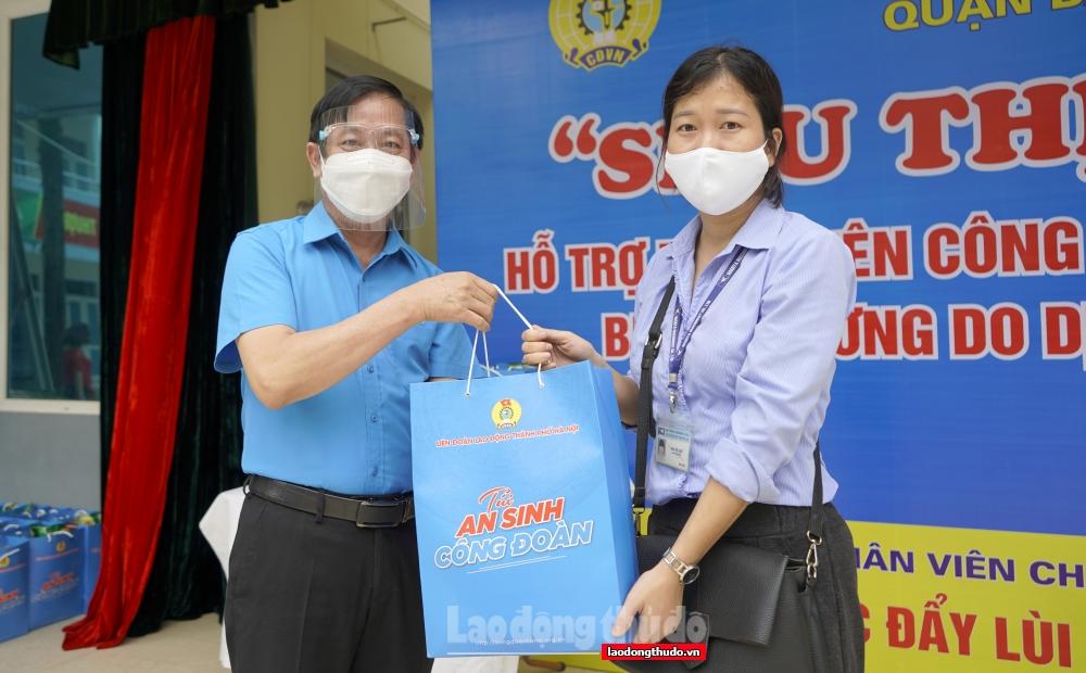 """LĐLĐ quận Ba Đình trao 131 """"Túi An sinh Công đoàn"""" đến đoàn viên, người lao động khó khăn"""