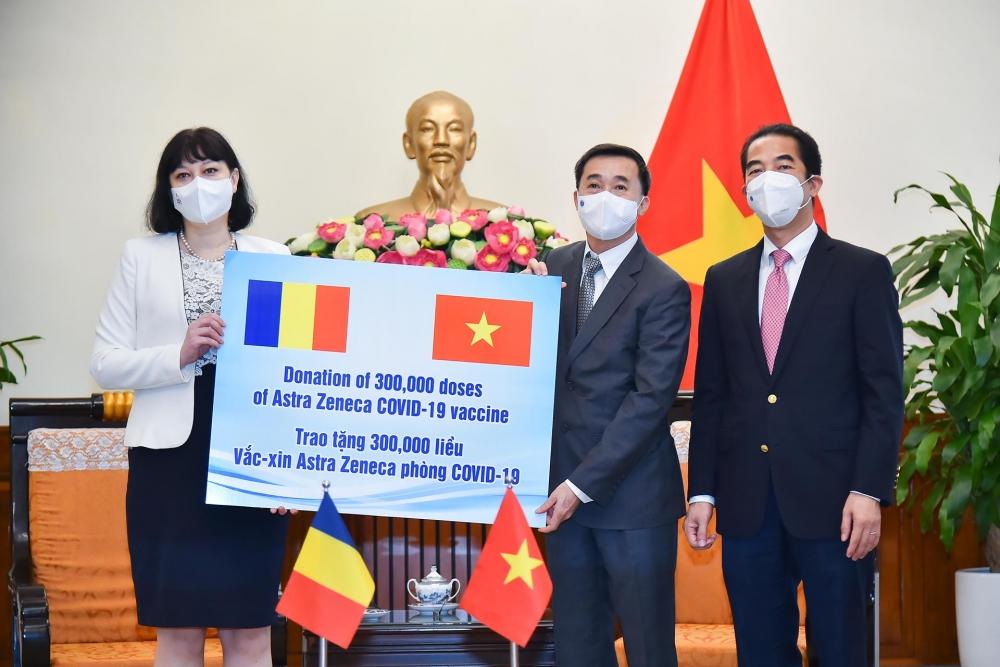 Việt Nam tiếp nhận 300 nghìn liều vắc xin AstraZeneca do Ru-ma-ni trao tặng
