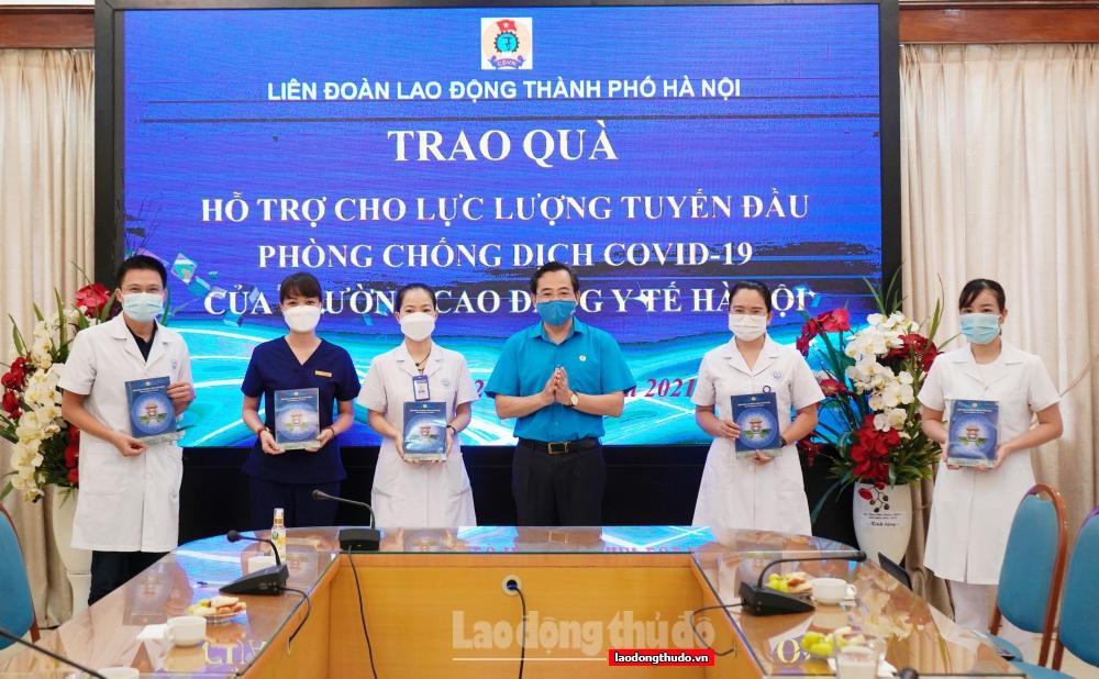 Lãnh đạo LĐLĐ Thành phố thăm, tặng quà lực lượng tuyến đầu chống dịch