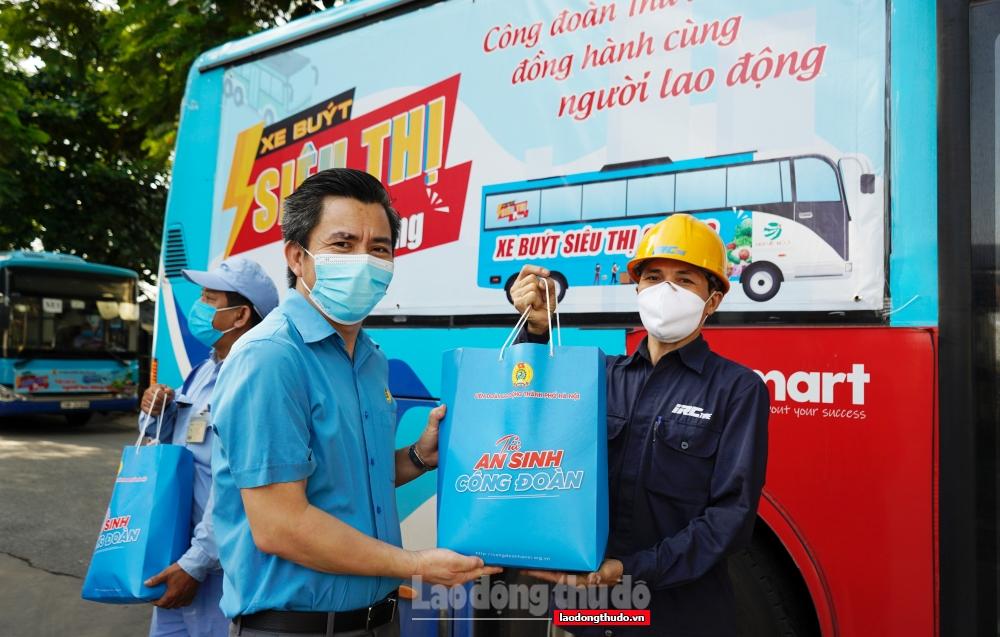 """Trao 1.000 """"Túi An sinh Công đoàn"""" cho người lao động trên địa bàn huyện Mê Linh"""