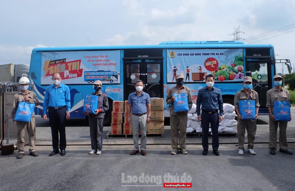 """Chủ tịch LĐLĐ thành phố Hà Nội thăm, động viên lực lượng y tế và trao """"Túi An sinh Công đoàn"""" cho người lao động tại huyện Sóc Sơn"""