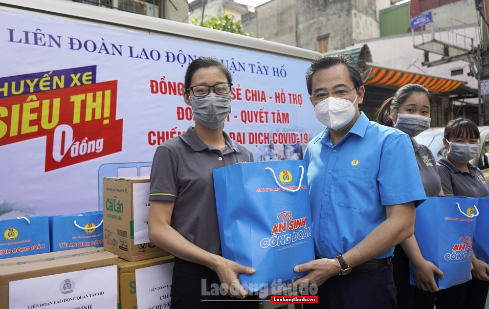 """LĐLĐ quận Tây Hồ tiếp tục tổ chức """"Chuyến xe siêu thị 0 đồng"""" hỗ trợ người lao động bị ảnh hưởng bởi dịch Covid-19"""