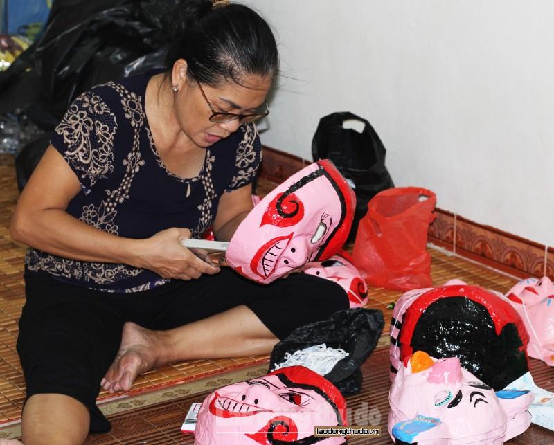 Đôi vợ chồng cả đời giữ hồn nghề làm mặt nạ giấy bồi ở phố cổ Hà Nội