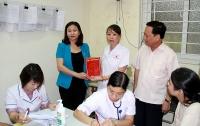 Trưởng Ban Dân vận Thành ủy Nguyễn Thị Tuyến thăm hỏi, động viên các hộ dân bị ảnh hưởng bởi vụ cháy Công ty Rạng Đông