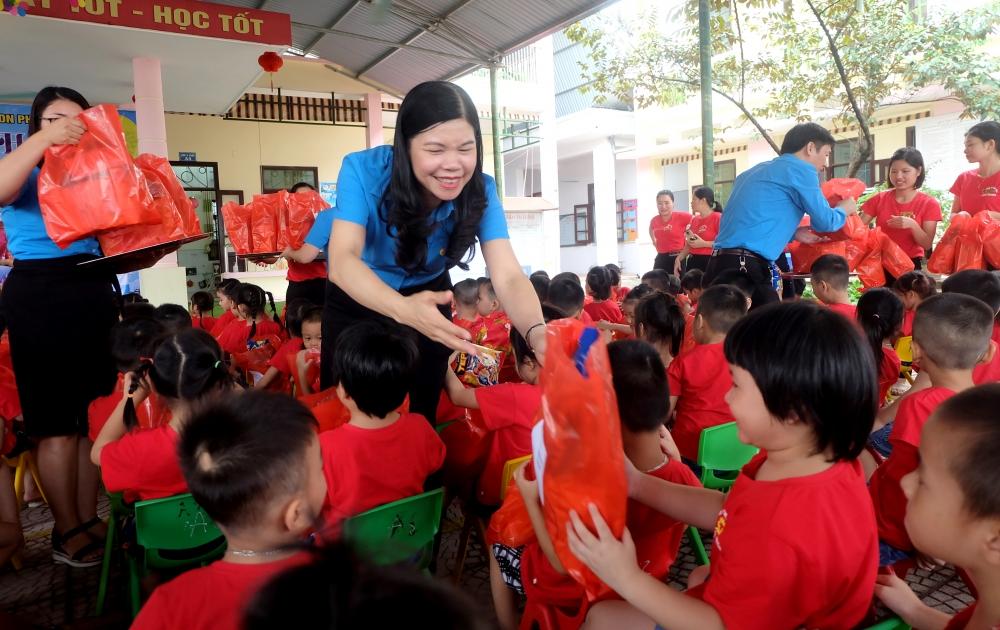 Chủ tịch Liên đoàn Lao động Thành phố thăm, tặng quà con công nhân dịp Tết Trung thu