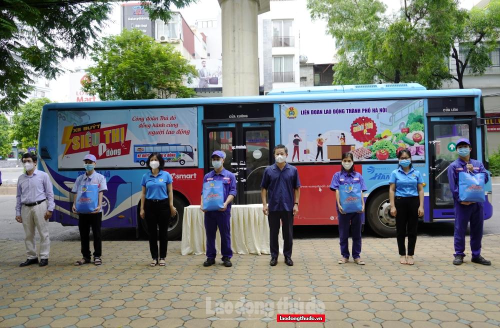 Chủ tịch LĐLĐ thành phố Hà Nội trao hỗ trợ cho người lao động và lực lượng tuyến đầu chống dịch tại quận Cầu Giấy