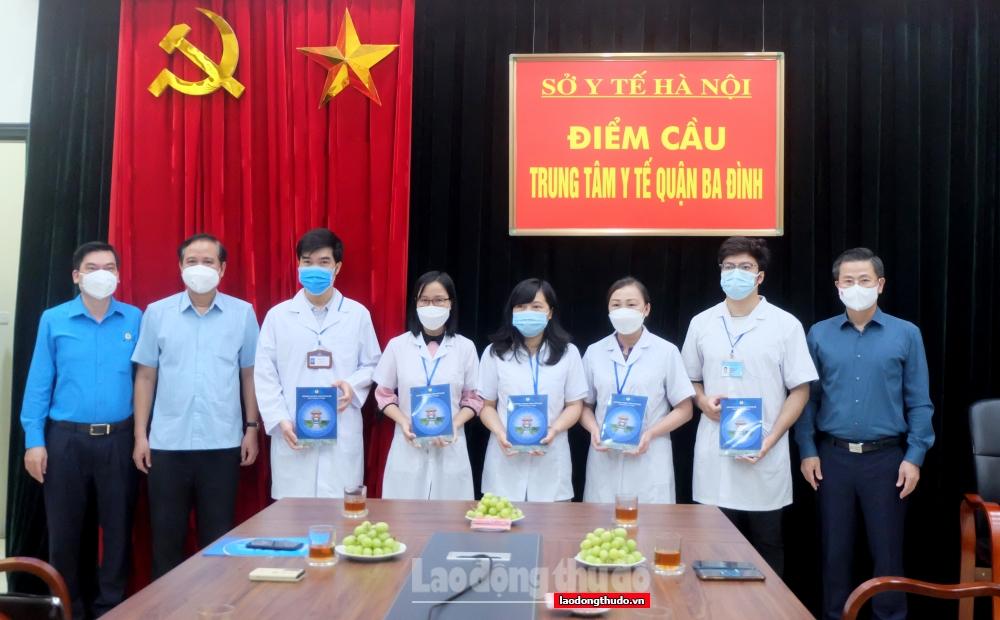 Chủ tịch LĐLĐ thành phố Hà Nội trao quà, động viên NLĐ và lực lượng tham gia phòng, chống dịch