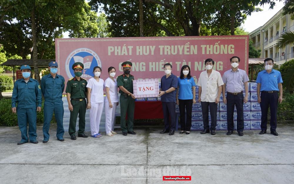 Chủ tịch LĐLĐ thành phố Hà Nội trao hỗ trợ cho NLĐ, lực lượng tuyến đầu chống dịch quận Hà Đông