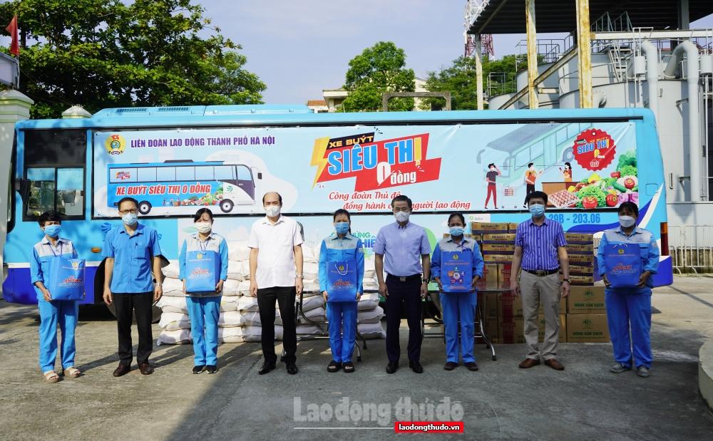 Chủ tịch LĐLĐ thành phố Hà Nội trao hỗ trợ cho người lao động, lực lượng tuyến đầu chống dịch
