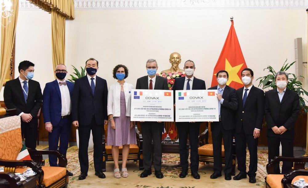 Việt Nam tiếp nhận gần 1,5 triệu liều vắc xin phòng Covid-19 do Pháp và I-ta-li-a trao tặng