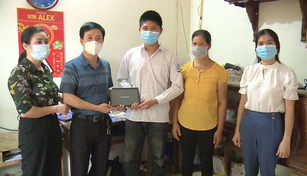 Hỗ trợ thiết bị học tập trực tuyến cho học sinh có hoàn cảnh khó khăn tại huyện Phúc Thọ
