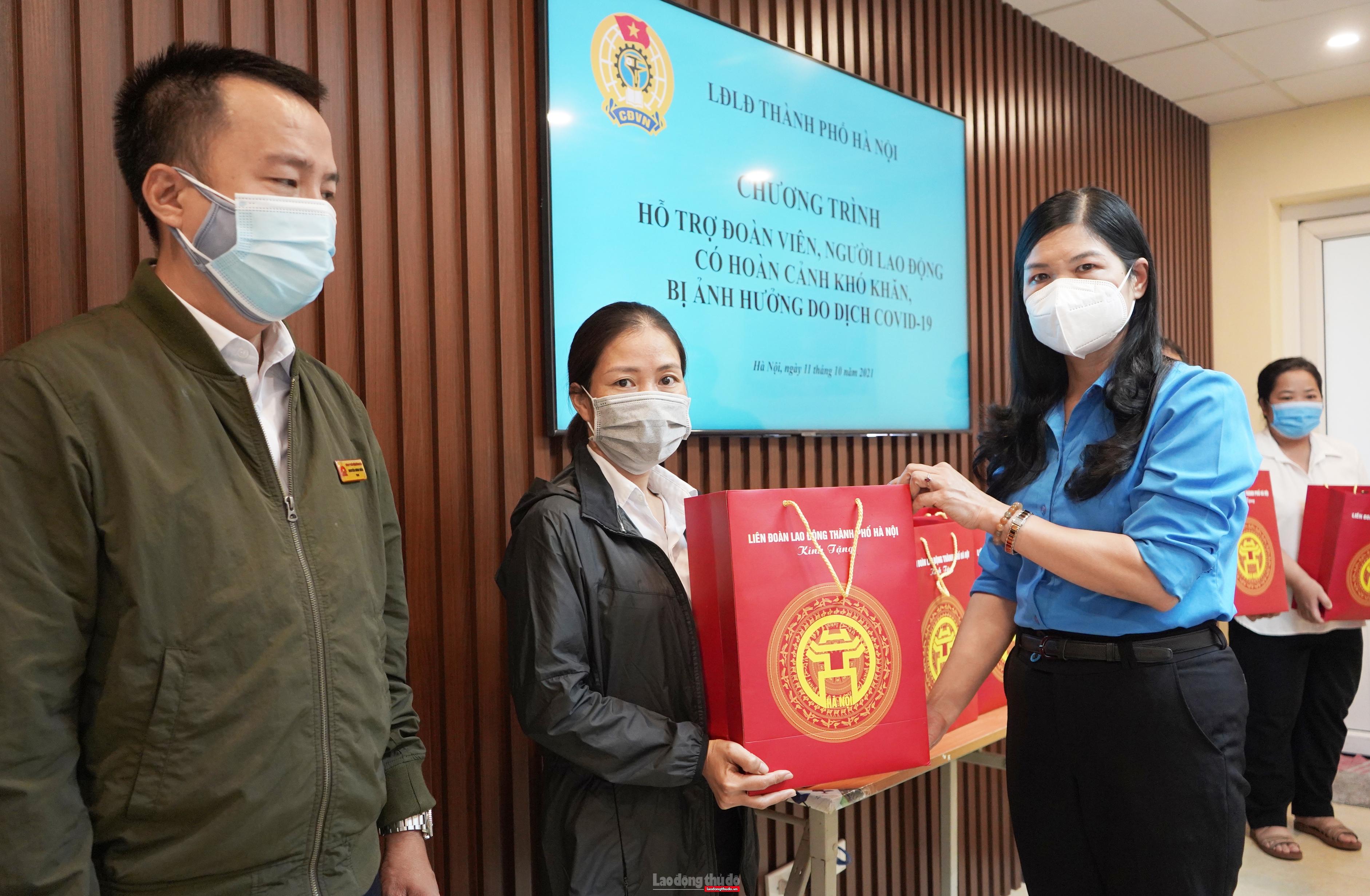 Lãnh đạo LĐLĐ Thành phố trao hỗ trợ cho lao động bị ảnh hưởng bởi dịch tại quận Hoàn Kiếm