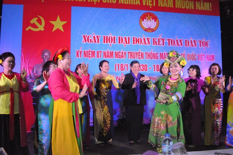 Phó Chủ tịch thường trực Quốc hội Tòng Thị Phóng dự Ngày hội Đại đoàn kết dân tộc tại phường Thụy Khuê