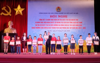 Khen thưởng con công nhân lao động đạt thành tích cao trong học tập