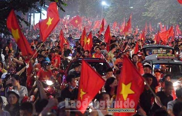 Hà Nội rợp cờ hoa trong men say chiến thắng