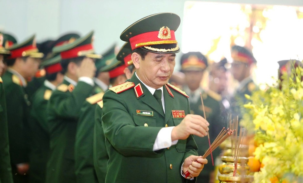 Tổng Tham mưu trưởng Quân đội NDVN Phan Văn Giang vĩnh biệt đồng đội, ảnh Nguyễn Khánh
